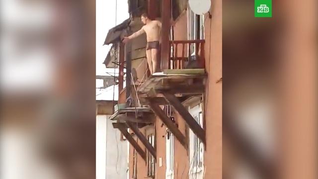 Голый уралец ворвался в чужую квартиру, заставил людей прыгнуть с балкона и прыгнул сам