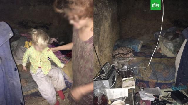 Под Иркутском потерявшая жилье женщина поселилась в землянке с двухлетней дочерью