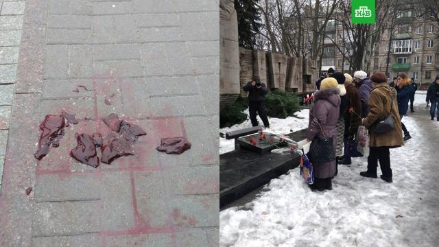 На Украине активисты забросали пенсионеров мясом