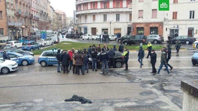 В Италии неизвестный ранил шесть человек, открыв огонь из автомобиля