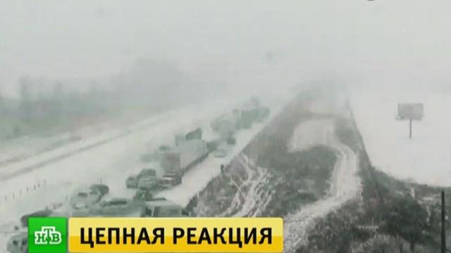 На скоростном шоссе в США столкнулись 70 машин: видео