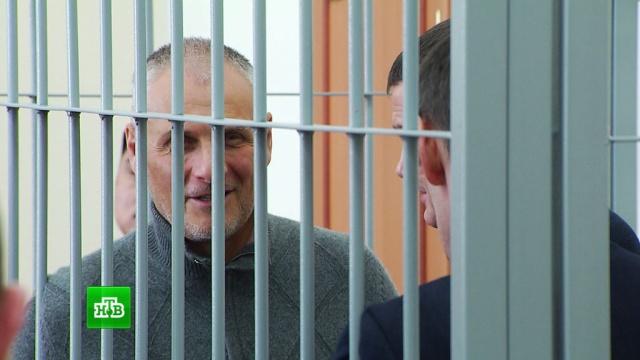 Адвокат приговоренного к 13 годам экс-губернатора Сахалина молча покинула здание суда