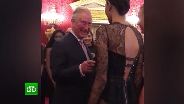 Леди в платье с открытой спиной завладела вниманием принца Чарльза