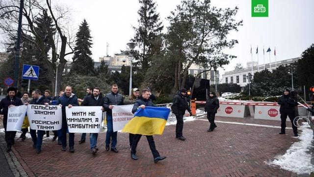 Украинские депутаты устроили пикет в Варшаве из-за антибандеровского закона