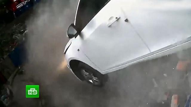В Китае автомобиль пробил стену и вылетел со второго этажа парковки: видео
