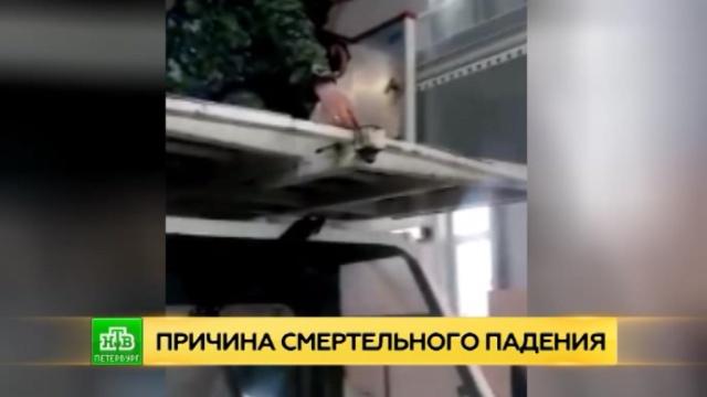 В Петербурге показали сломанный трап, с которого рухнули бабушка с внучкой