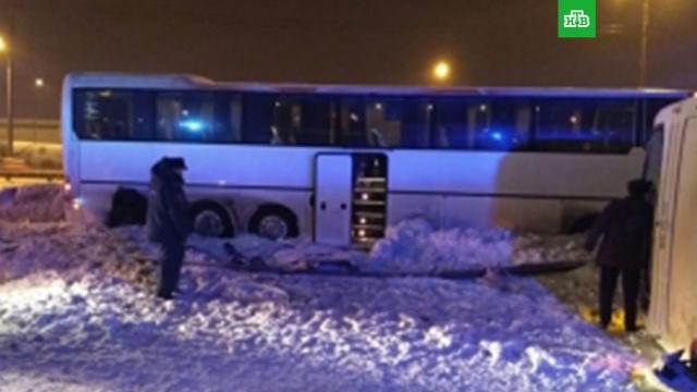 Пассажирский автобус перевернулся на трассе в Подмосковье: есть жертвы