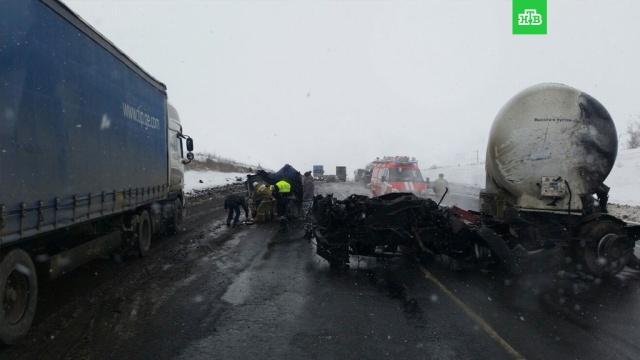 Под Самарой в ДТП с двумя грузовиками и легковушкой погибли три человека
