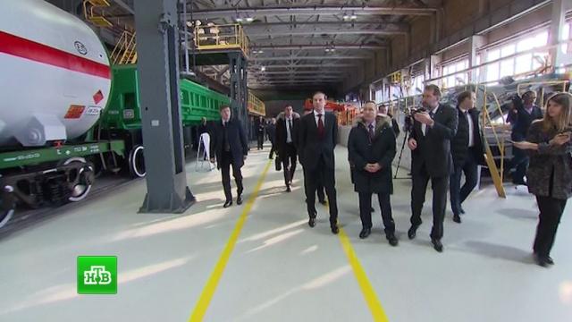 Работники Уралвагонзавода показали Путину современные вагоны для зерна и сжиженного газа