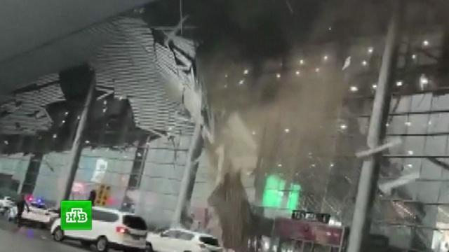 В Китае порывом ветра сорвало крышу аэропорта: видео