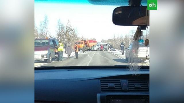Четыре человека погибли в ДТП с микроавтобусом и самосвалом в Якутии
