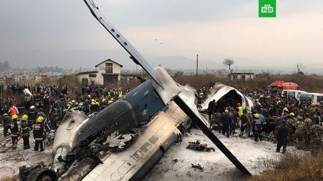 На месте крушения самолета в Непале нашли тела погибших
