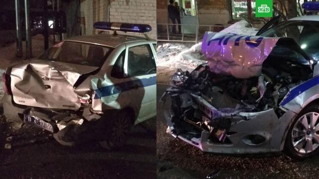 В Подмосковье на парковке ТЦ водитель протаранил машину ГИБДД и ранил инспектора