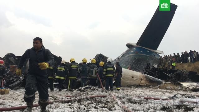 Жертвами крушения пассажирского самолета в Непале стали не менее 50 человек