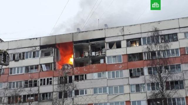 Пожар после взрыва в питерской многоэтажке сняли на видео