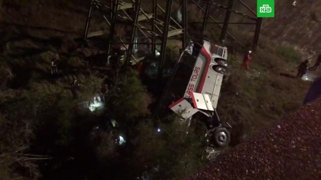 В США автобус с детьми рухнул в ущелье: видео с места