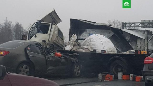 На питерской кольцевой от удара оказались раскурочены грузовик и иномарка