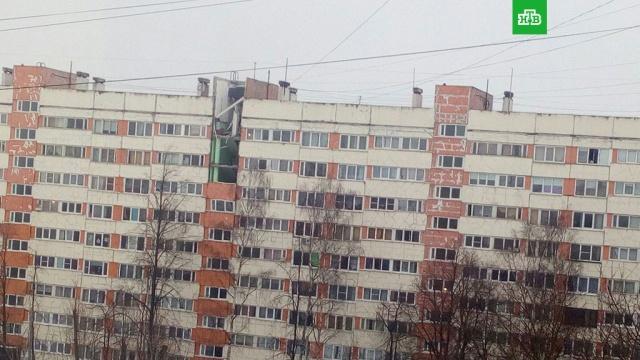 Два человека пострадали при взрыве в жилом доме Петербурга