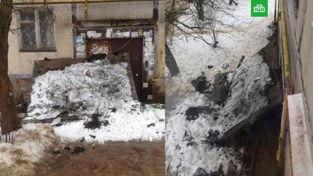 В Волхове рухнувший козырек заблокировал вход в подъезд жилого дома