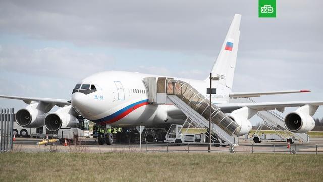 Высланные российские дипломаты вылетели из Лондона в Москву