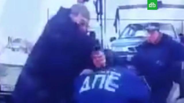 пьяный пенсионер ударил полицейского ножом эвакуации машины видео