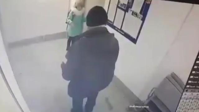 Нападение педофила на ребенка в Кургане сняла камера наблюдения