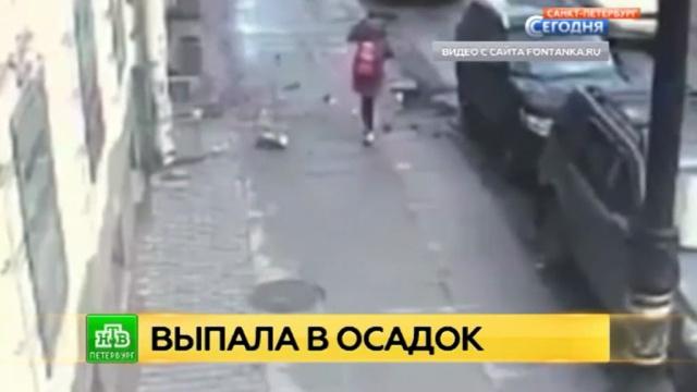 центре петербурга пешехода едва придавило цементной глыбой видео