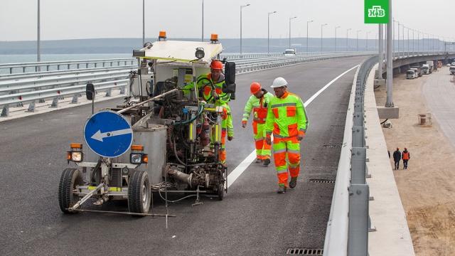 На дорожное полотно Крымского моста начали наносить разметку