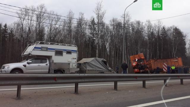 Под Петербургом грузовик с прицепом устроил смертельную аварию
