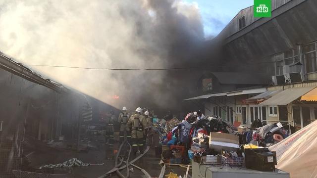 Бушующее на Центральном рынке Нальчика пламя охватило крышу второго павильона