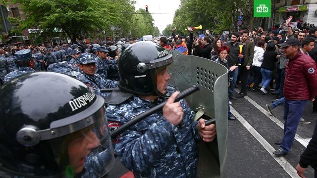 ереване полиция начала разгонять демонстрантов светошумовыми гранатами