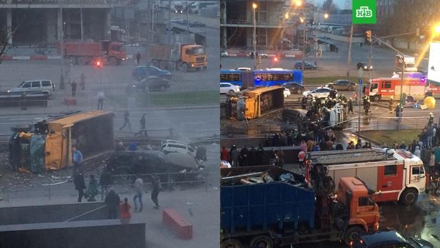Грузовик снес две легковушки в Москве и перевернулся: видео с места ДТП