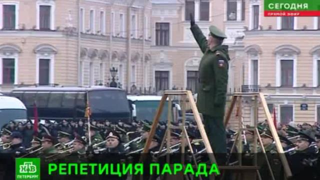 центре петербурга маршируют участники парада победы