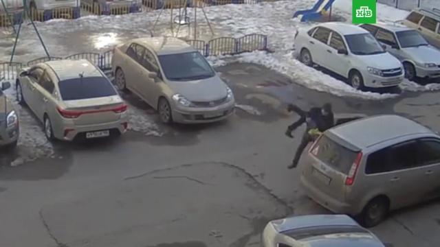 В Сургуте мужчина похитил ребенка с детской площадки: видео