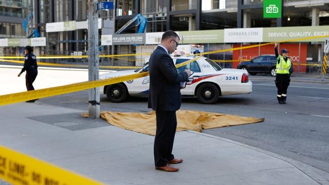 Число погибших при наезде микроавтобуса в Торонто возросло до девяти