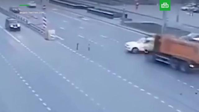 Смертельное ДТП с грузовиком и легковушками в Москве попало на видео