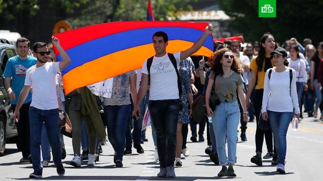 Лидер армянской оппозиции призвал протестующих разблокировать улицы