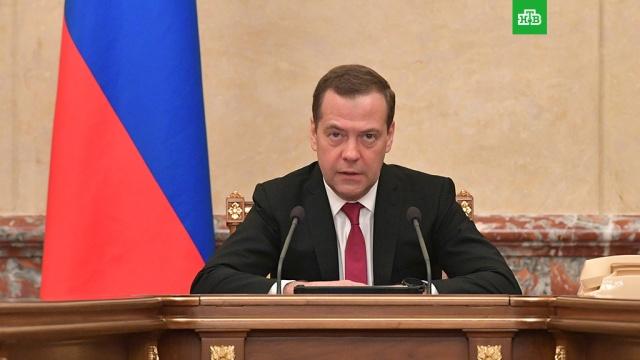 Медведев утвердил обязательную маркировку табака, шин и духов