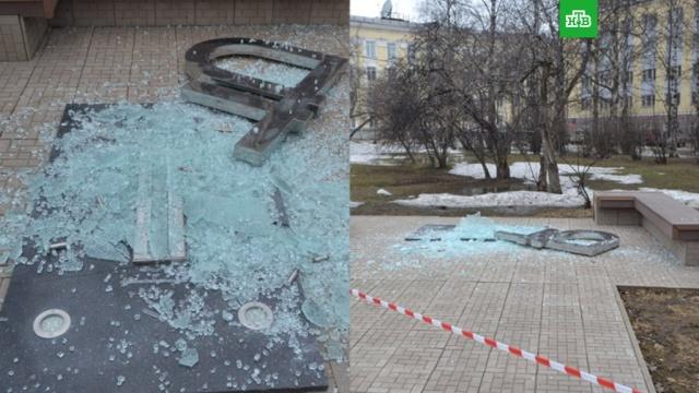 Полиция поймала вандала, обрушившего рубль в Сыктывкаре