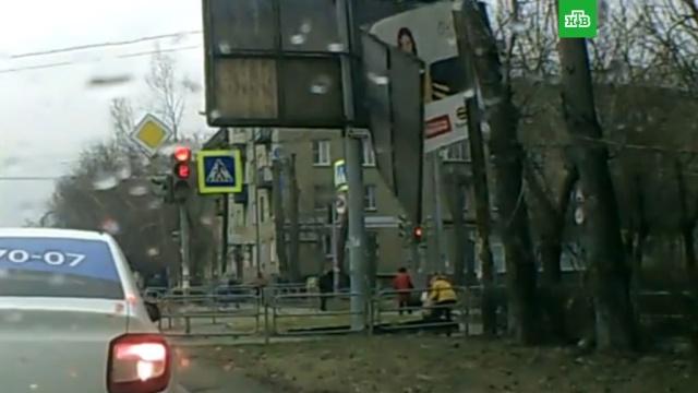 В Челябинске рекламный щит чуть не убил женщину с ребенком: видео