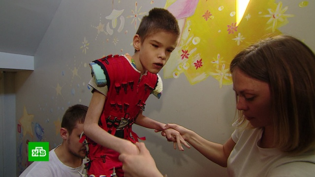 Страдающему от ДЦП Виталию нужны средства на курс реабилитации