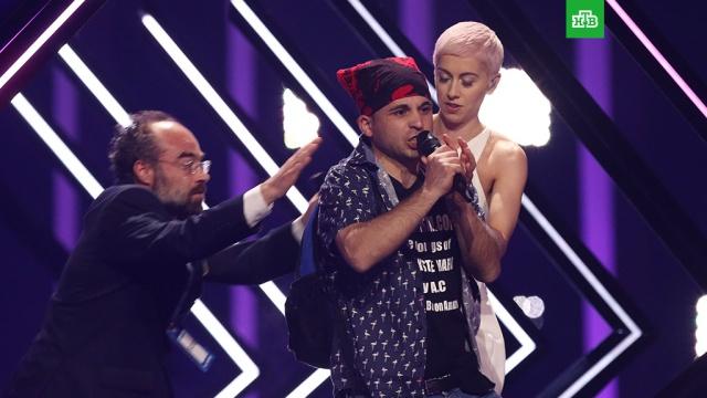 """У британской участницы """"Евровидения"""" отобрали микрофон во время выступления"""