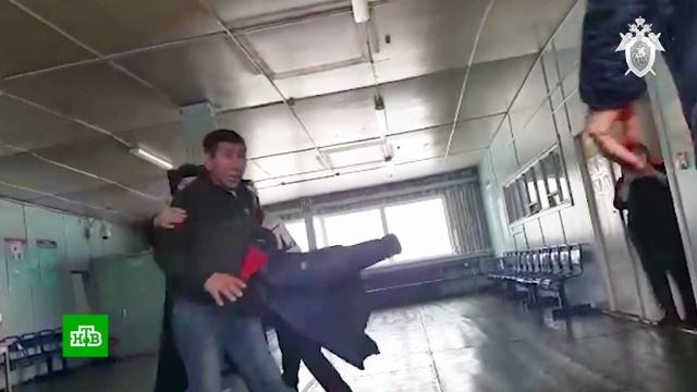 Пьяный пассажир с оружием устроил дебош в якутском аэропорту: видео