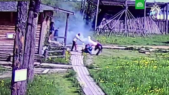 Москвич пытался отбиться от полицейских зажженным файером: видео