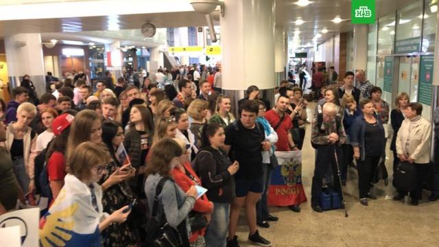 Десятки фанатов встретили в Москве вернувшихся с ЧМ российских хоккеистов