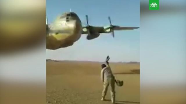 Американский самолет пролетел в метре над военными: видео
