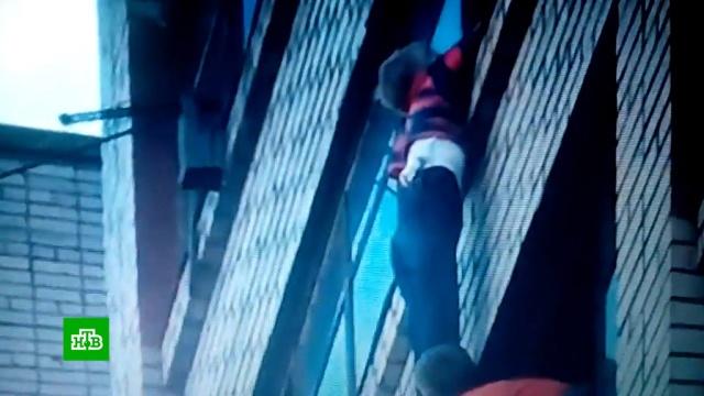 Выпавший с балкона ребенок полчаса провисел на уровне 6-го этажа: видео