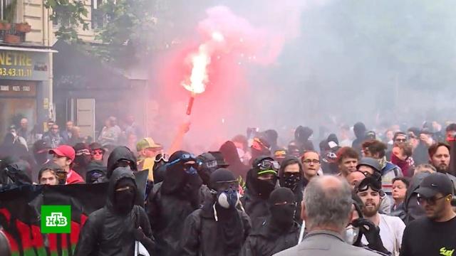 Участники митинга профсоюзов в Париже сожгли чучело Макрона