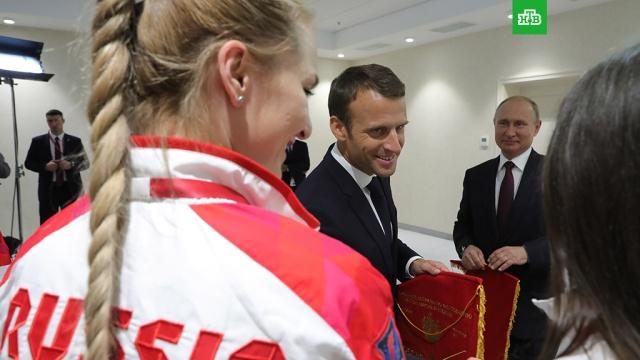 Путин и Макрон на полях ПМЭФ пообщались с фехтовальщицами сборных России и Франции