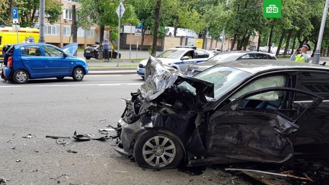 Три автомобиля столкнулись на юге Москвы: семь пострадавших